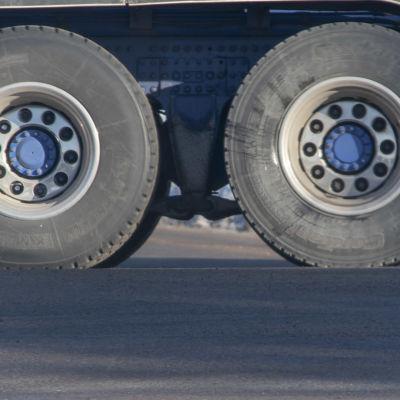 rekka-auton renkaat liikenteessä