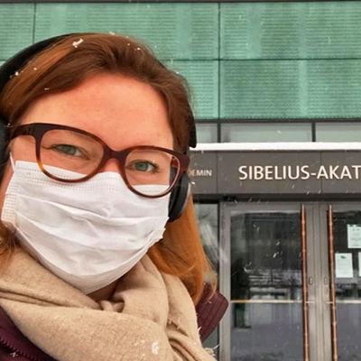 Oopperalaulaja Jenni Lättilä suojamaskissa Sibelius-Akatemian ulko-ovella.