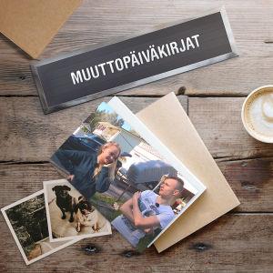 Pöytä, jossa on valokuvia, kahvikuppi ja kynä.
