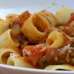 Pasta med tomat- och grönsakssås.