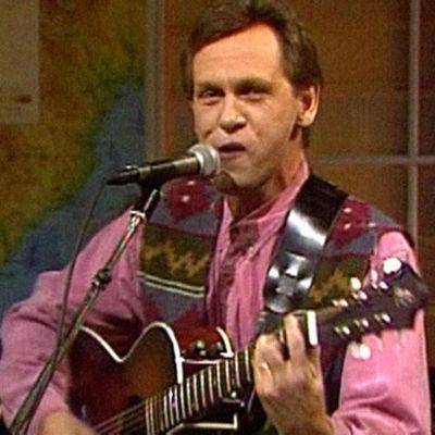 Benny Törnroos soittaa kitaraa ja laulaa.