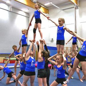 Lakeuden Taitovoimistelijats gymnaster gör en pyramid.
