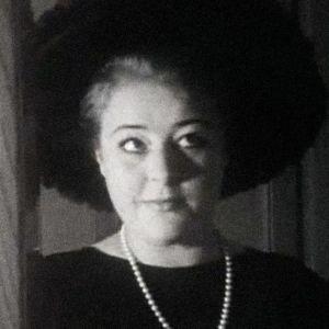 Oopperalaulaja Maaria Eira sovittaa hattua peilin ääressä.