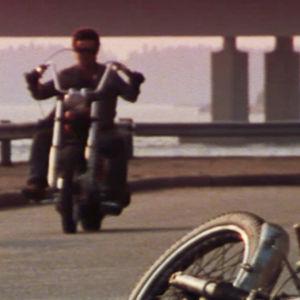 Moottoripyörälijä ilman kypärää.