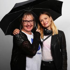 Toimittaja Olga Ketonen ja elokuvaohjaaja Miia Tervo mustan sateenvarjon alla.