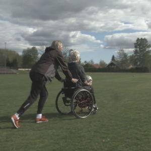 Pauliina Miettinen rullar ut Heidi Foxell på fotbollsplanen.
