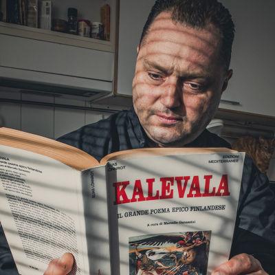 Marcello Ganassini lukee italiaksi kääntämäänsä Kalevalaa.