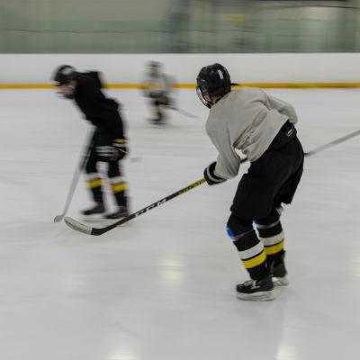Junnu Kärpät treenaa jääkiekkoa