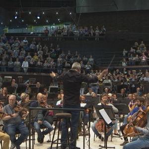 Hannu Lintu dirigerar symfoniorkester