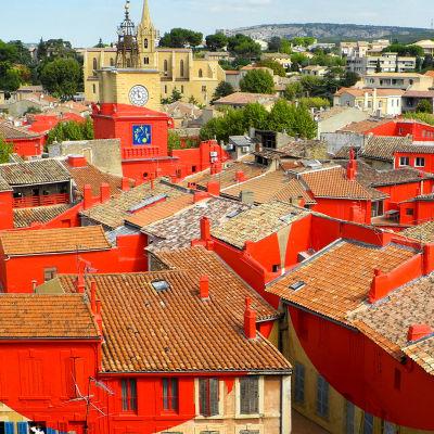 Salon-en-Provencen taloja kattoperspektiivistä, värikäsitelty kuva.