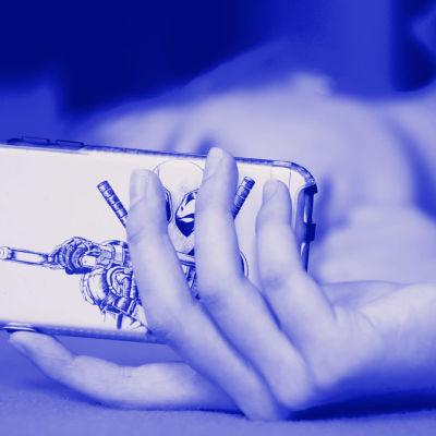 Nuori ihminen katsoo puhelintaan vaaka-asennossa, kasvoja ei näy. Kuvassa myös tekstit Digitreenit ja yle.fi/oppiminen.