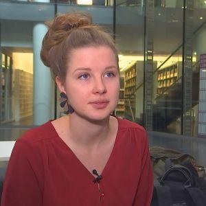 Emilia Hoving sitter vid Musikhusets bibliotek.