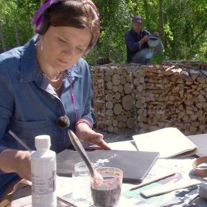 Camilla Forsén-Ström målar pärmen till en växtpress