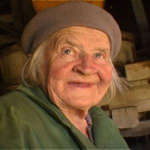 vanha nainen hymyilee