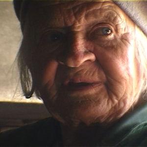 lähikuva vanhan naisen kasvoista