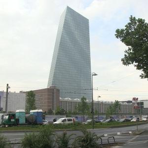 ECB:s skyskrapa reser sig i Frankfurt.