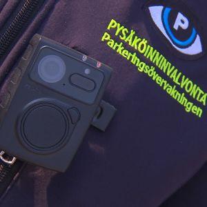En kroppskamera är fäst på en parkeringskontrollants uniform.
