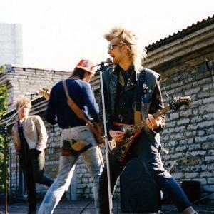 Punkkari Villu Tamme ja bändi soittavat