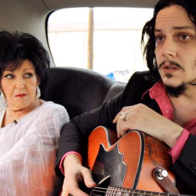 Black Cab Sessions. Kuvassa Wanda Jackson ja Jack White Nashville-jaksossa.