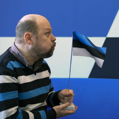 Olli Haapakangas puhaltaa Viron lipun liehumaan