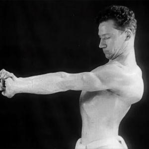 Lasse Strömberg esittelee lihaskuntoaan (1930-luku).