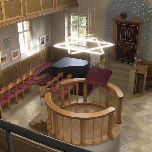 Lysrör i form av en Davidsstjärna lyser upp synagogan
