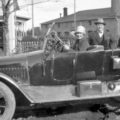 Vanha kuva autosta aj sen matkustajista