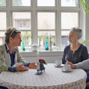 Rikke Ullk samtalar med värdshusinnehavarna Betty och Henrik.