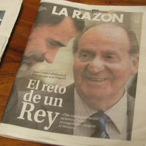 Sanomalehden etusivulla kuningas Juan Carlos ja kruununprinssi Felipe Juan Carlosin kruunistaluopumisen aikaan.
