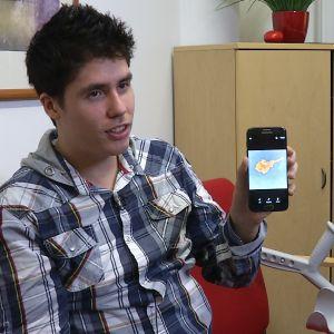 Benedek Oláh visar upp den bortoperarade nervklumpen på sin mobil.