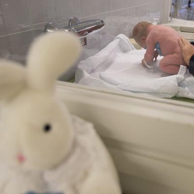 vauva kätilön hoidettavana