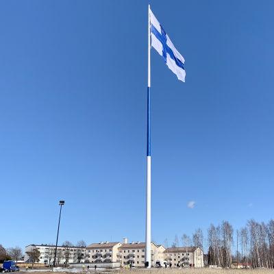 Världens största Finlands flagga hissad i flaggstång i Fredrikshamn.