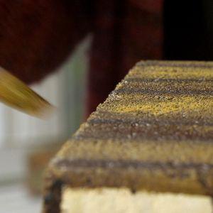 Närbild av målad tegelsten.