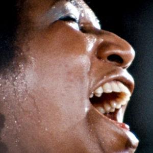 Aretha Franklin laulaa, erikoislähikuva sivulta (1972)