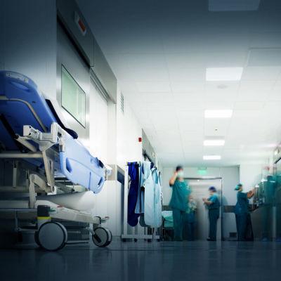 Sjukskötare i en sjukhuskorridor.