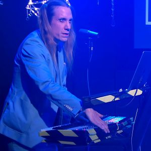 Eero Grundström esiintyy Suistamon sähkön konsertissa Etnogaalassa marraskuussa 2017