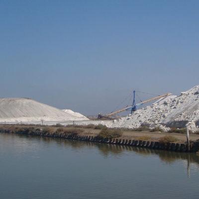 Suolavuoria kuivaamossa meren äärellä Aigues-Mortesissa, Camarguessa, Ranskassa.