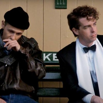 Pet Shop Boys -duo istuu ulkona. Kuva elokuvasta It Couldn't Happen Here.