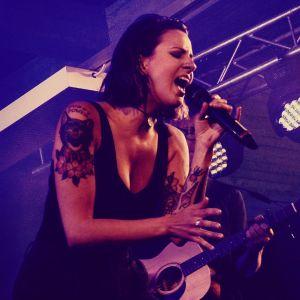 Artisten Ronya står på scen i Dragsvik och sjunger.