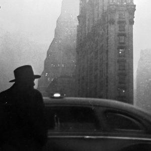 Robert Frankin valokuva New Yorkista. Kuvakaappaus dokumenttielokuvasta Don't Blink: Robert Frank.