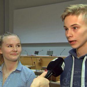 Sigrid Autio och Kasper Rautalinko i Helsingfors fullmäktigesal.