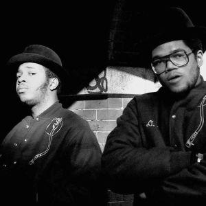 """Run-D.M.C. eli Joseph """"Run"""" Simmons ja Darryl """"D.M.C."""" McDaniels poseeraavat."""