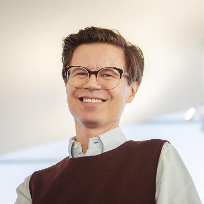Toimittaja ja muotiguru Sami Sykkö hymyilee.