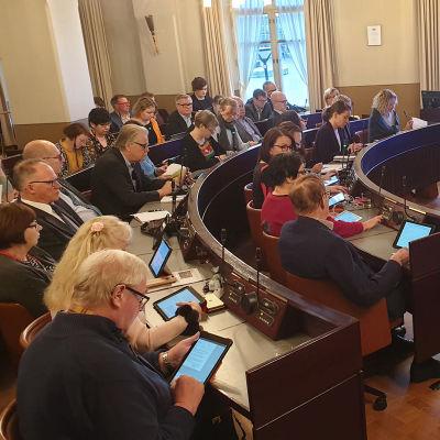 Hämeenlinnan valtuuston kokouksen osallistujia ja puheenjohtajistoa