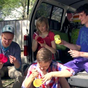 Pietari, Ella, Ronja ja Alex Galaxin karavaanin matkassa kesällä 2012.
