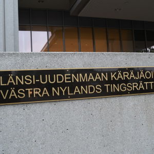 En skylt där det står Västra Nylands tingsrätt.