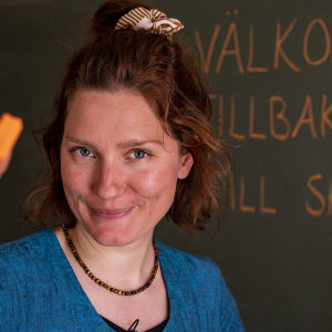 Nora Gullmets i klassrummet.