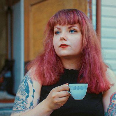 Nuusa Niskala juo kahvia