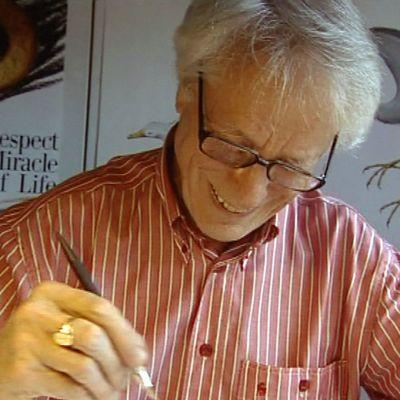Graafikko Erik Bruun työnsä äärellä vuonna 2005.