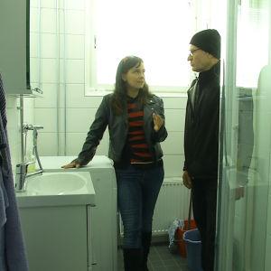 Hannu Pasanen ja toimittaja Maarit Åström-Kupsanen remontoidussa kylpyhuoneessa.